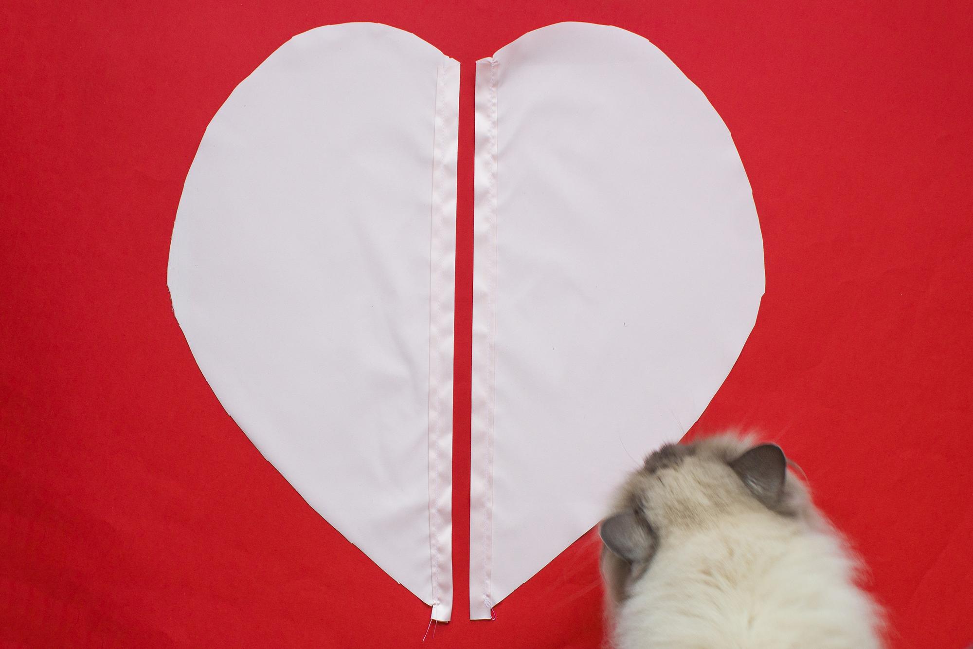 réaliser une housse de coussin en forme de coeur