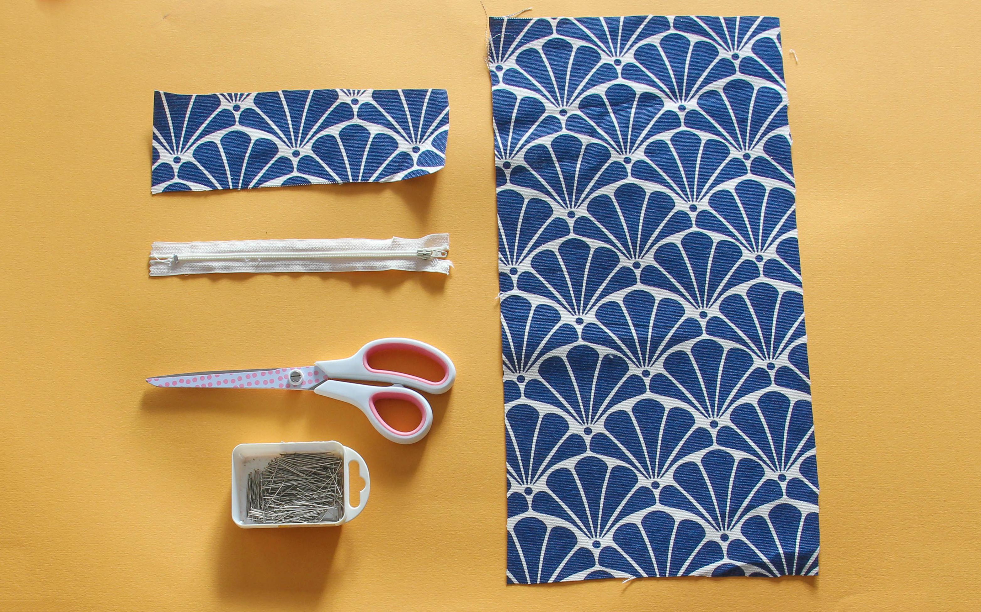 82c6a1b2d5 Prendre votre zip, mesurez le (la partie zip et non la partie textile).  Ajouter 3 cm à cette largeur. Tracez un rectangle qui fait la dimension que  vous ...