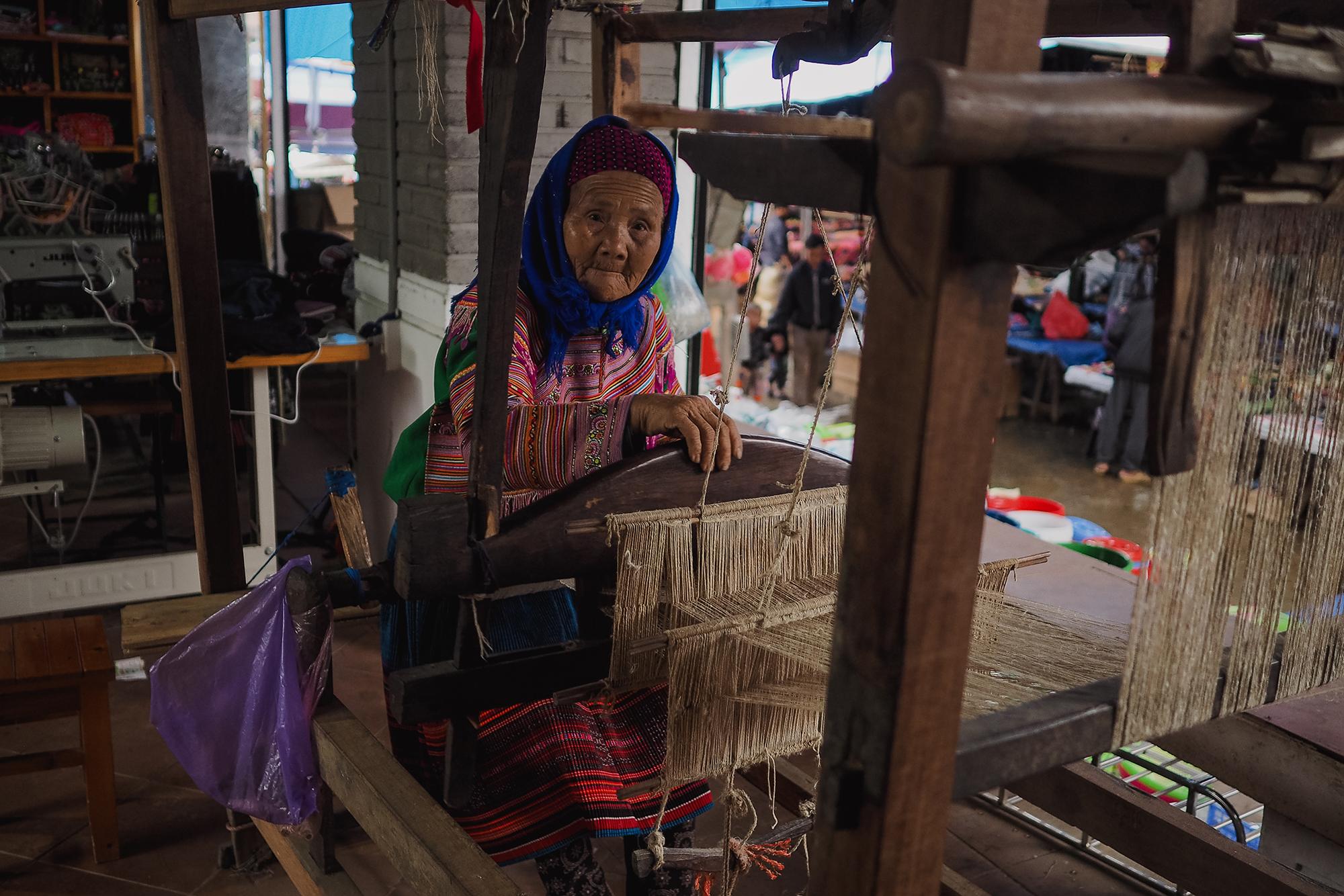 Tisserande dans le marché de Bac Ha
