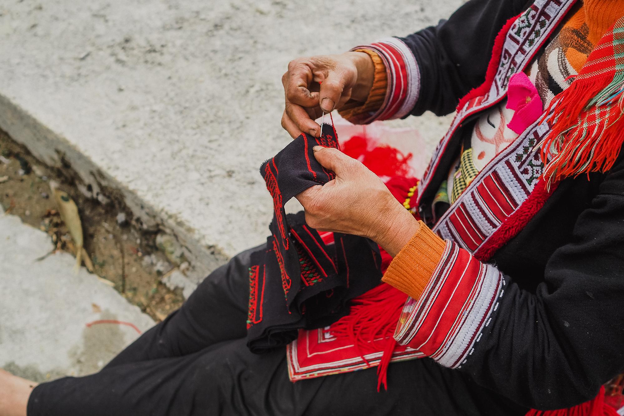Brodeuse sur le bord de la route - montagne du Nord vietnam