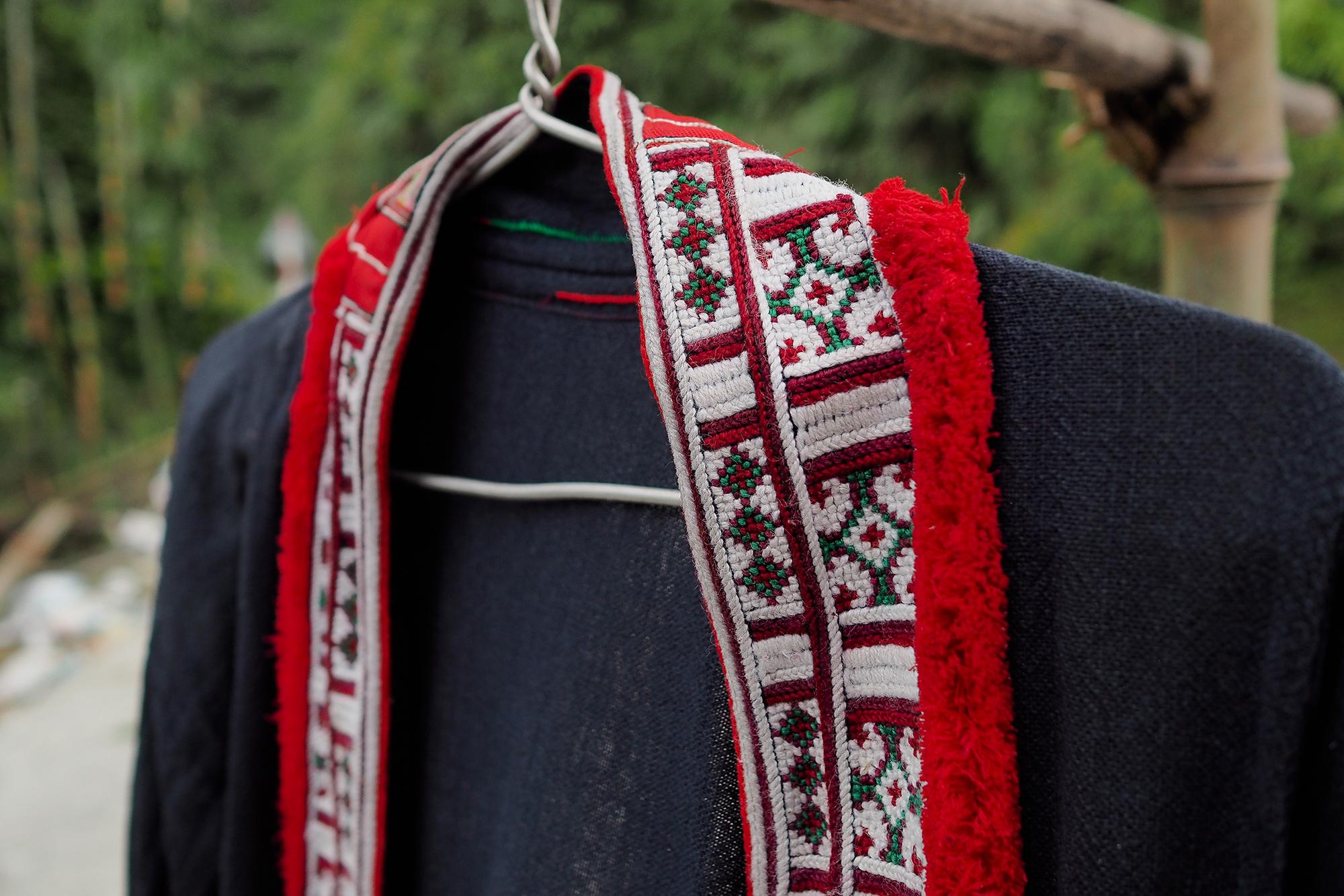 Détail d'un costume de femme Hmong