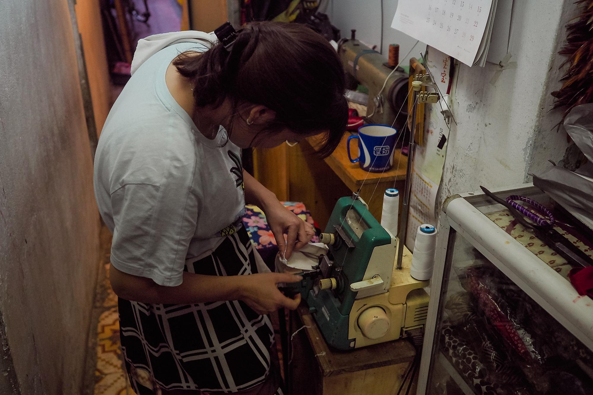 Couturière dans sa mini boutique - Hanoi