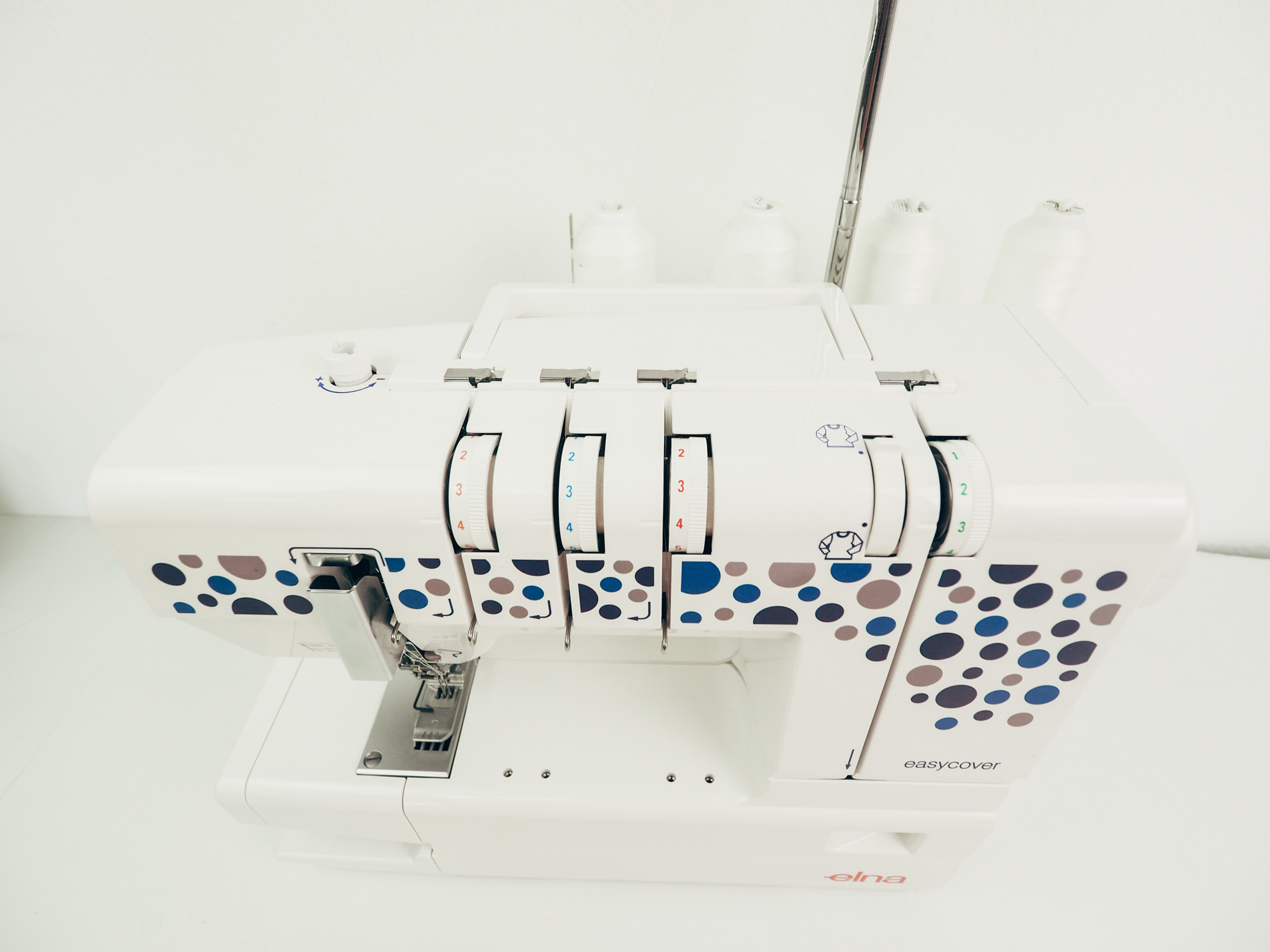 test recouvreuse machine à coudre Elna easycover