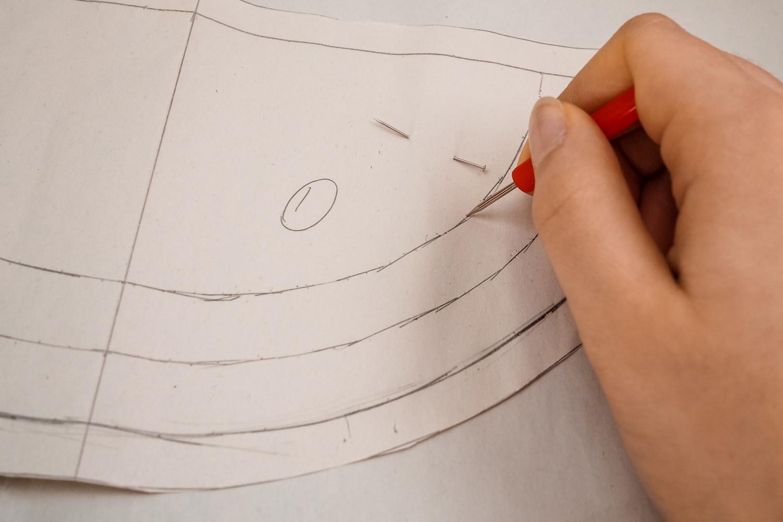 Ce mois, pour ceux qui ont le calendrier de l'Avent Atelier Neko, il y a chaque jour une surprise spéciale couture à découvrir. Maintenant que le mois avance je peux vous révéler quelques idées créatives pour utiliser le matériel recu dans le calendrier. La bonne nouvelle c'est que le matériel est facilement trouvable et que si vous n'avez pas le calendrier cela fera un tuto facile à réaliser tout de même !  Aujourd'hui, nous aurons besoin de tissus en coton blanc, rouge et vert, des clous thermocollant Toga, un pompon en simili cuir Toga et d'un zip. Du matériel facile à trouver pour un résultat trop chouette : une trousse pastèque.